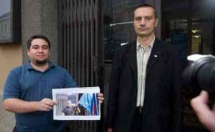 Sikerélmény a Jobbiknak: Németh Zsolt boldogan pózol Bagó képével