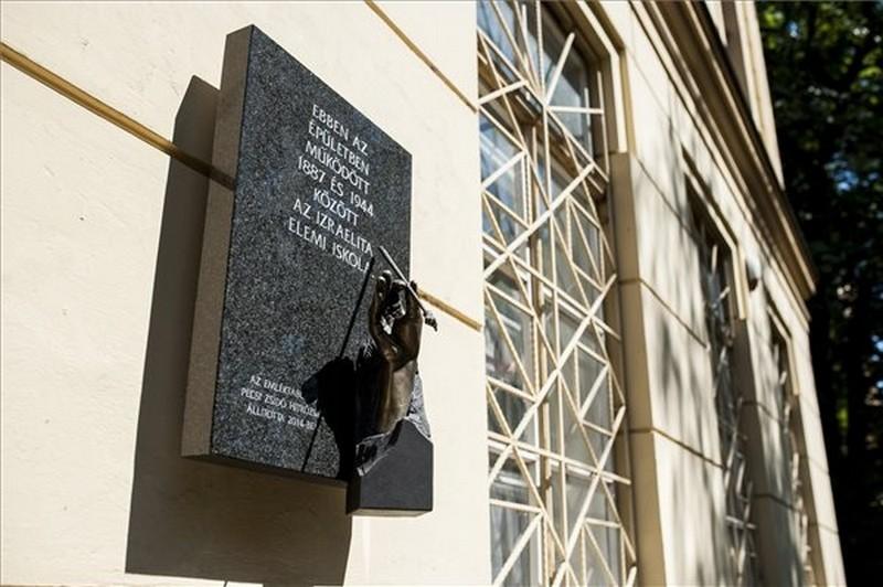 emlektabla600-zsido-elemi-iskola-pecs-holokauszt70-1404510051.jpg